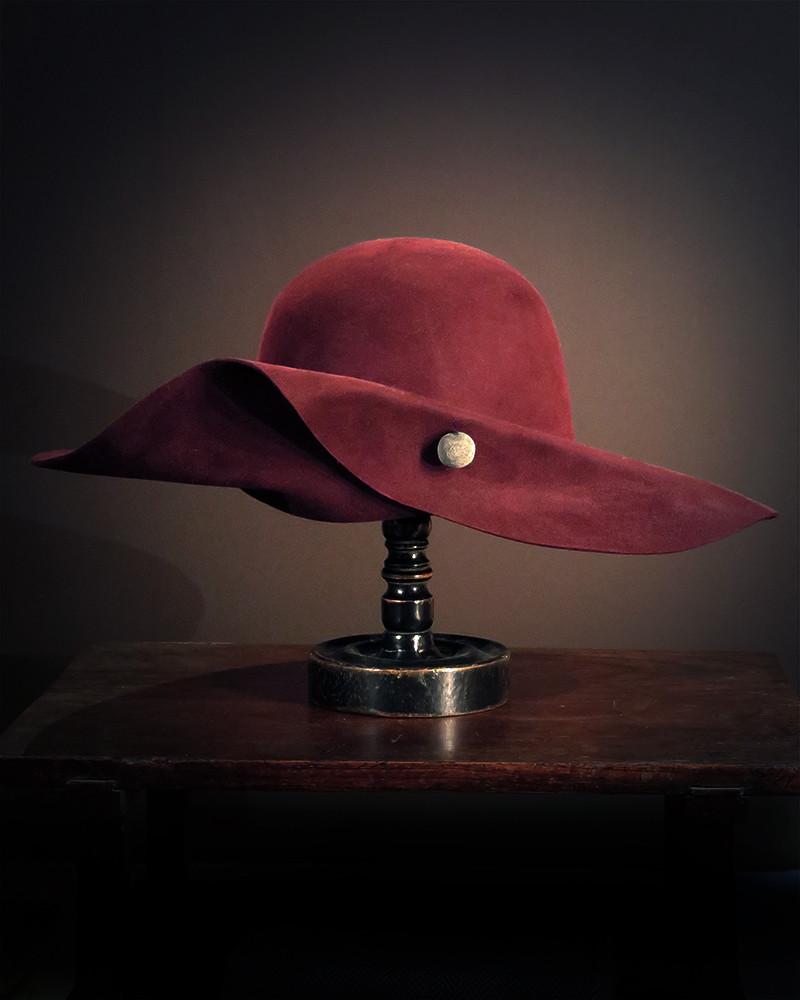 Move - Bordeaux hat of a lady