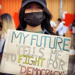 Photo témoignage #coupdetat #myanmar  RetouRDeVoyage soutient les photos-journalistes et vend leur photos. Les revenus seront versés aux photographes   La photo journaliste qui a fait cette série de photos témoigne du rôle important que les femmes de toutes origines, de toutes religions, de tous milieux sociaux, et en particulier les plus jeunes d'entre elles, ont pris dans cette protestation contre le régime militaire - protestation cruellement réprimée depuis.   Nous contacter pour participer à ce soutien.