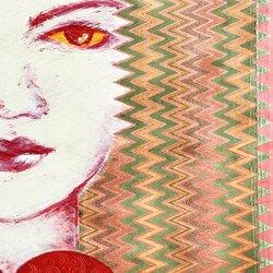 Pour Chuu Wai Nyein, les birmanes sont prisonnières de la tradition et finissent toujours par être marginalisées. Chuu s'interroge sur l'influence du patriarcat sur la condition féminine et sur la contrainte exercée. C'est pourquoi, dans cette série de peintures sur vêtements féminins, elle représente des femmes fortes et décidées,avec en arrière-plan des motifs traditionnels des vêtements d'hommes. Elle leur attribue également souvent des signes emblématiques de divinités masculines qui viennent apporte leur puissance à ces femmes. L'intention de la jeune artiste est de faire ainsi une démonstration de la place légitime de la femme dans la société, si elles parviennent à s'émanciper de toute domination patriarcale, en s'appropriant si besoin de ce qui est réservé aux hommes. Chuu Wai Nyein aime les femmes attachées à leur culture mais qui décident de leur vie, celles qui ne renoncent pas, celles qui choisissent leur liberté. c'est une ambivalence toute particulière qui est au centre de son travail : une revendication féministe, anti-patriarcale, qui la motive à proposer un modèle de femme puissante et affranchie, assortie d'une relecture de l'histoire et de la beauté de sa culture qu'elle soutient et respecte #art #painting #retourdevoyage #westandformyanmarartists #chuuwainyein #birmanie