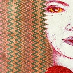 Pour Chuu Wai Nyein, les birmanes sont prisonnières de la tradition et finissent toujours par être marginalisées. Chuu s'interroge sur l'influence du patriarcat sur la condition féminine et sur la contrainte exercée. C'est pourquoi, dans cette série de peintures sur vêtements féminins, elle représente des femmes fortes et décidées,avec en arrière-plan des motifs traditionnels des vêtements d'hommes. Elle leur attribue également souvent des signes emblématiques de divinités masculines qui viennent apporte leur puissance à ces femmes. L'intention de la jeune artiste est de faire ainsi une démonstration de la place légitime de la femme dans la société, si elles parviennent à s'émanciper de toute domination patriarcale, en s'appropriant si besoin de ce qui est réservé aux hommes. Chuu Wai Nyein aime les femmes attachées à leur culture mais qui décident de leur vie, celles qui ne renoncent pas, celles qui choisissent leur liberté. c'est une ambivalence toute particulière qui est au centre de son travail : une revendication féministe, anti-patriarcale, qui la motive à proposer un modèle de femme puissante et affranchie, assortie d'une relecture de l'histoire et de la beauté de sa culture qu'elle soutient et respecte.  #chuuwainyein #art #retourdevoyage #paintings #birmanie #myanmar #westandformyanmarartists